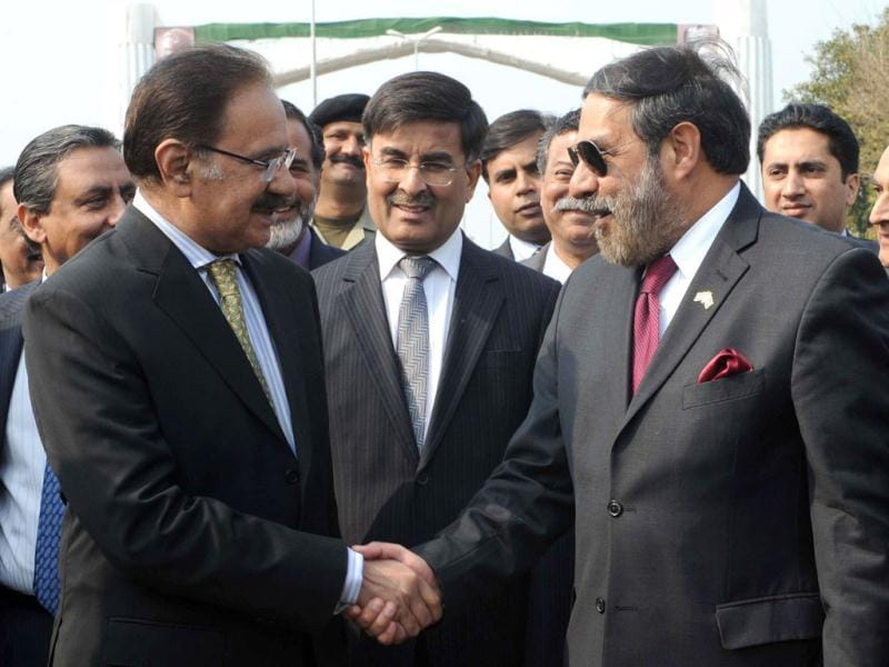 Indian commerce minister Anand Sharma (R) shakes hands with his Pakistan counterpart Makhdoom Amin Fahim at the India-Pakistan Wagah Border Post. AFP