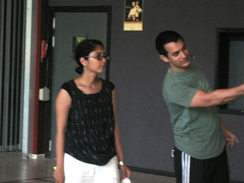 Aamir points something out to Kiran. (Photo Courtesy: aamirkhan.org)
