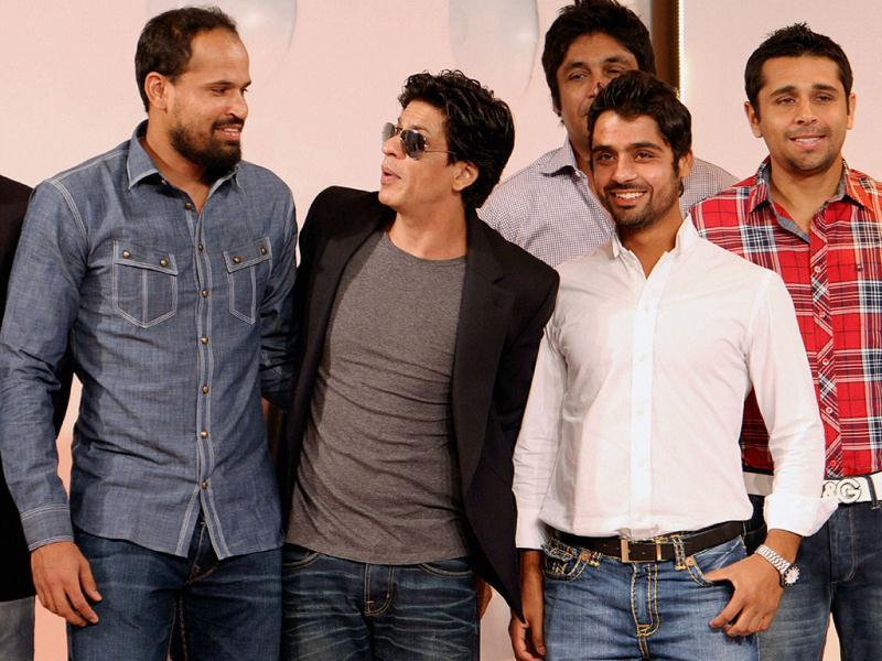 Shah Rukh poses with his Knight Riders.