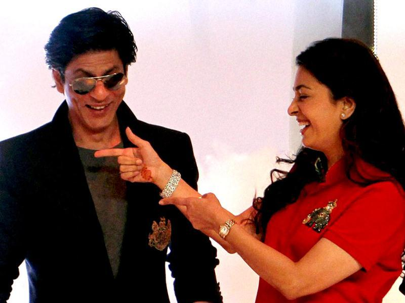 Shah Rukh and Juhi share a light moment.