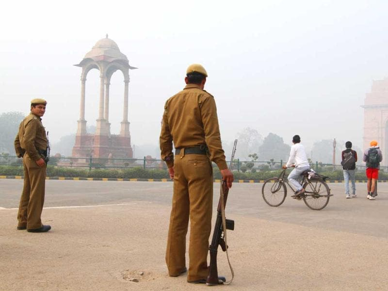 Security personnel stand guard at India Gate in New Delhi. Security was beefed up after a bomb blast that badly wounded an Israeli diplomat in New Delhi on February 13. HT Photo by Arvind Yadav