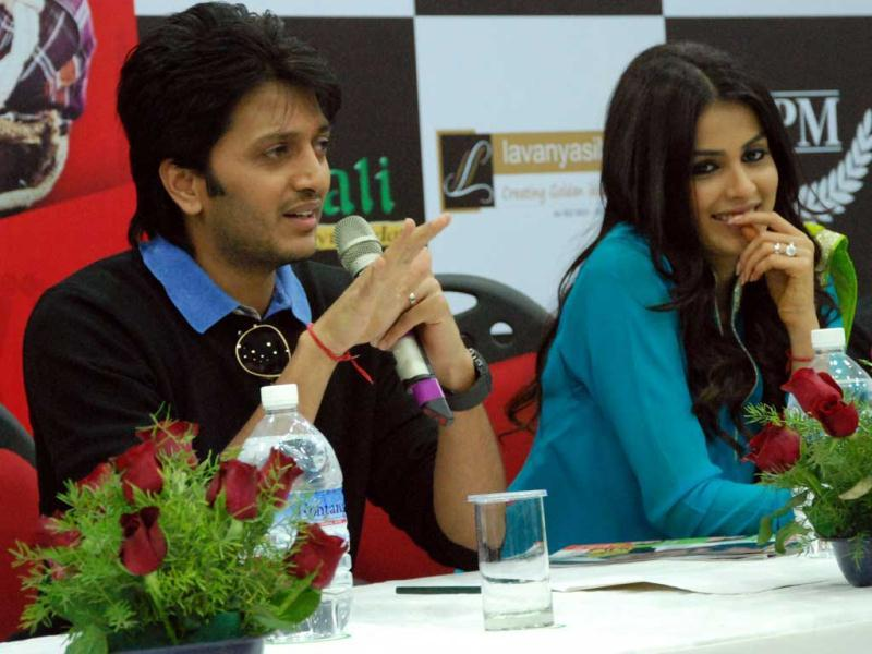 Riteish Deshmukh does all the talking, while Genelia smiles at his jokes. (HT Photo/Sarvesh)