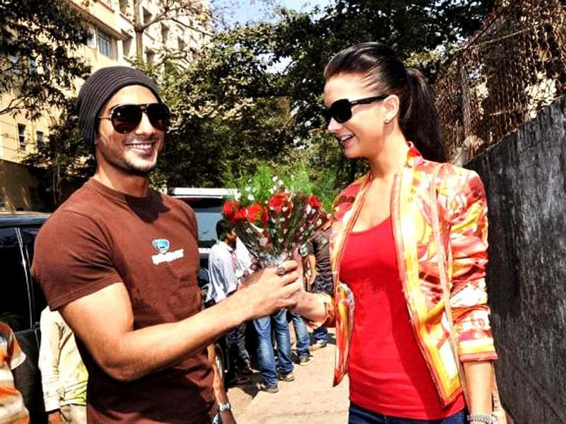 Ek Deewana Tha actors and rumoured lovers Prateik Babbar and Amy Jackson celebrated Valentine's Day with students of MMK college. Check out pics.