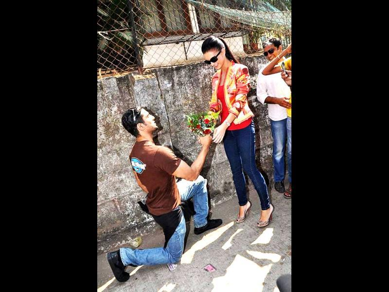 Prateik Babbar goes down on his knees as he presents a bouquet to Amy.