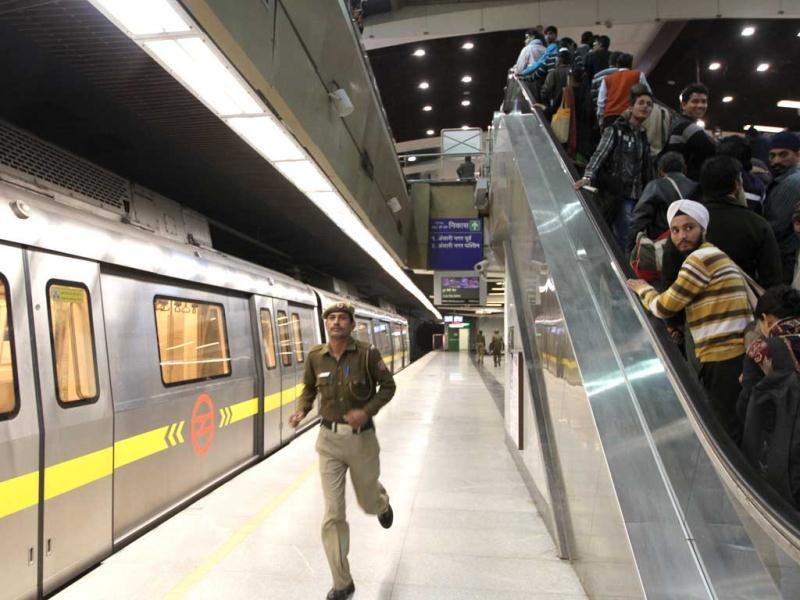 A police personnel runs on the platform of AIIMS metro station during a mock drill organised by Delhi Disaster Management Authority on earthquake-preparedness in New Delhi. HT Photo/ Arvind Yadav