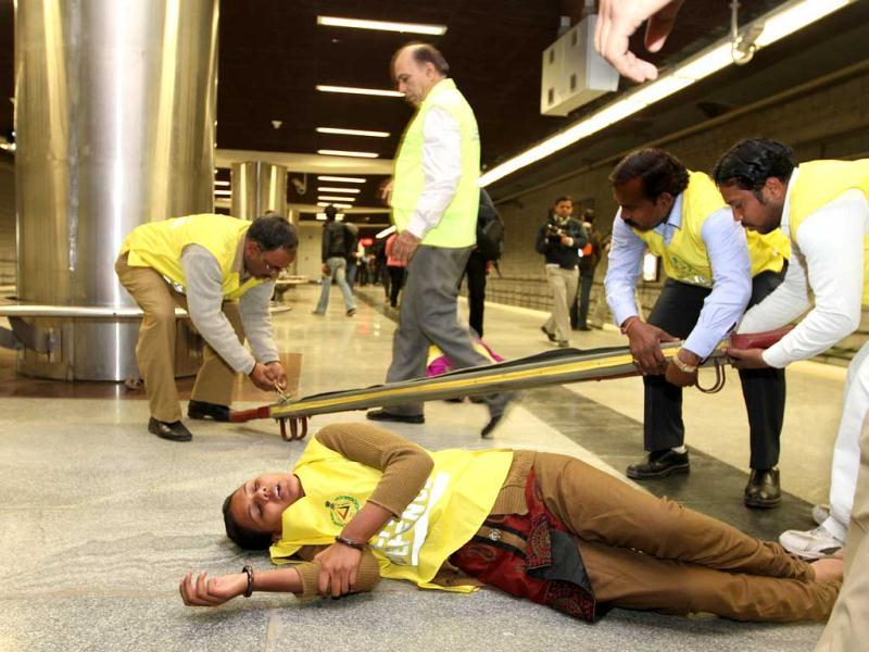 Civil Defence officials stand by as emergency and rescue personnel tend to volunteer victims at AIIMS metro station during a mock drill organised by Delhi Disaster Management Authority on earthquake-preparedness in New Delhi. HT Photo/Arvind Yadav