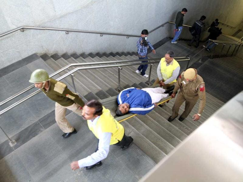 Rescue personnel tend to volunteer victims at AIIMS metro station during a mock drill organised by Delhi Disaster Management Authority on earthquake-preparedness in New Delhi. HT Photo/Arvind Yadav