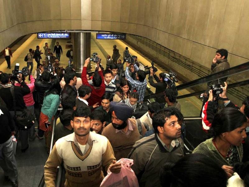 Delhi Metro passengers are escorted out of a train compartment at AIIMS metro station during a mock drill organised by Delhi Disaster Management Authority on earthquake-preparedness in New Delhi. HT Photo/Arvind Yadav