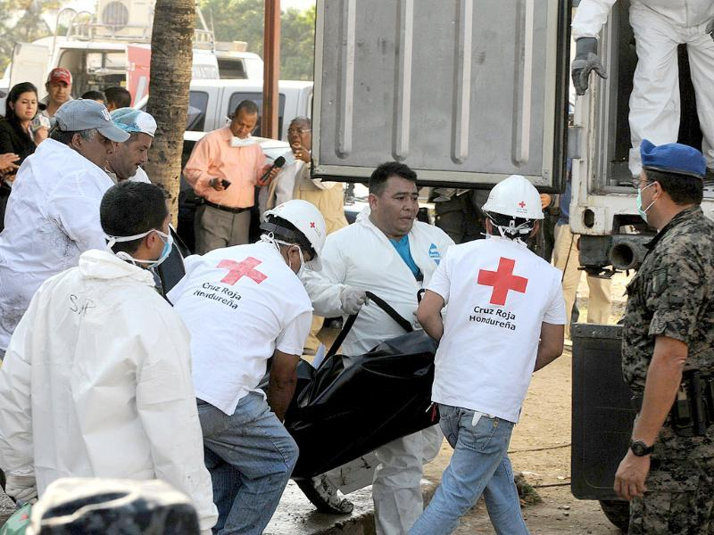 Members of the Honduran Red Cross carry the remains of a convict from the National Prison in Comayagua, some 90 kms north fo Tegucigalpa. (AFP Photo/Orlando Sierra)