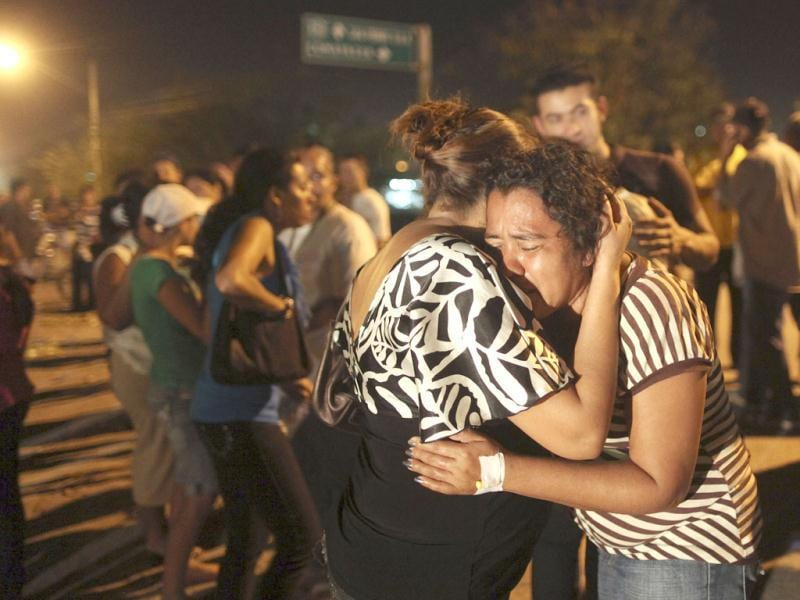 Blanca Flores, wife of dead inmate Oscar Soto, cries outside the prison in Comayagua, Honduras. (AP Photo/Esteban Felix)