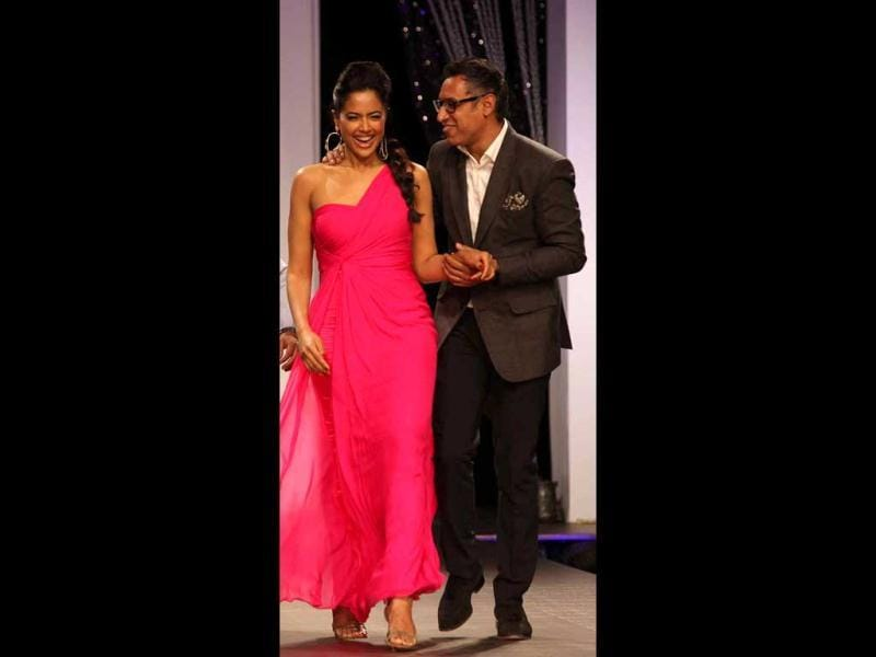 Sameera Reddy also added a touch of glamour to designer duo Shantanu-Nikhil's show. She flaunted a bright pink one-shoulder gown at the show.