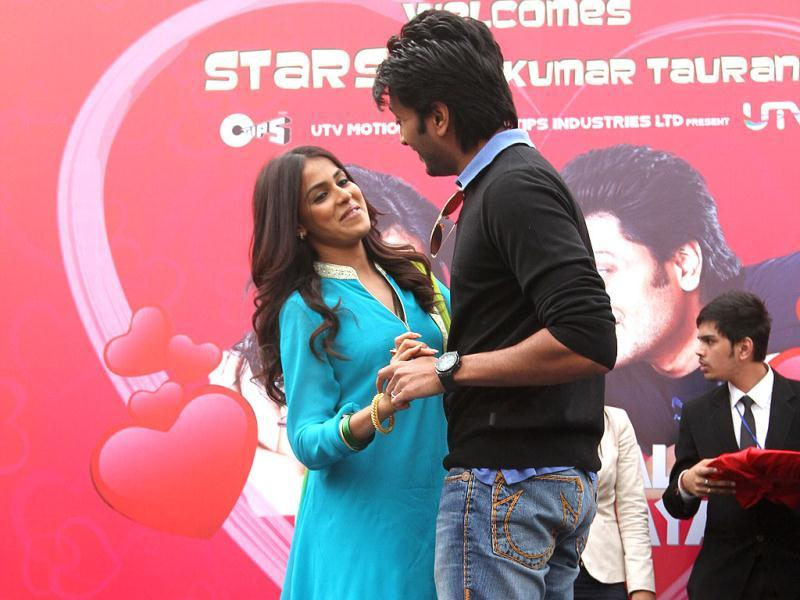 Riteish Deshmukh and Genelia D'Souza perform while promoting their film Tere Naal Love Ho Gaya.