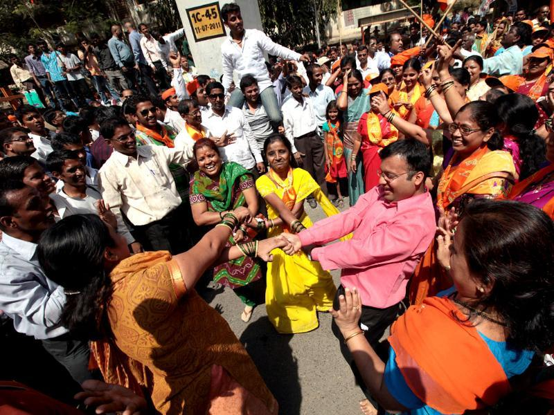Shiv Sena supporters celebrate at Lalbaug as the municipal corporation elections 2012 results get declared. HT/Vijayanand Gupta.
