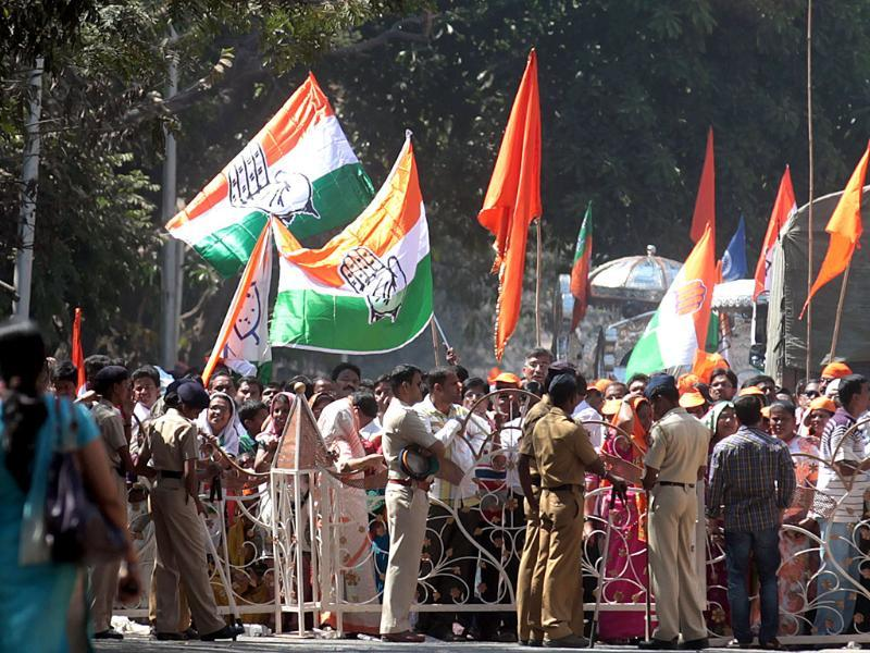 Shiv Sena and Congress supporters with their respective party flags at Lalbaug as the municipal corporation elections 2012 results get declared. HT/Vijayanand Gupta