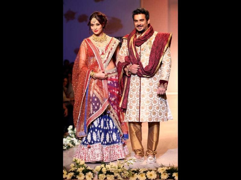 Bipasha Basu and R Madhavan, who are starring for the first time together in Jodi Breakers, walked the ramp for designer Rocky S on Day Four of Wills Lifestyle India Fashion Week. (HT Photo/Raj K Raj)