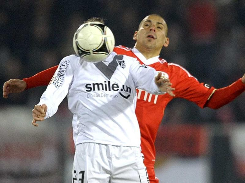 Vitoria's forward Paulo Sergio Goncalves (L) vies with Benfica's Uruguayan defender
