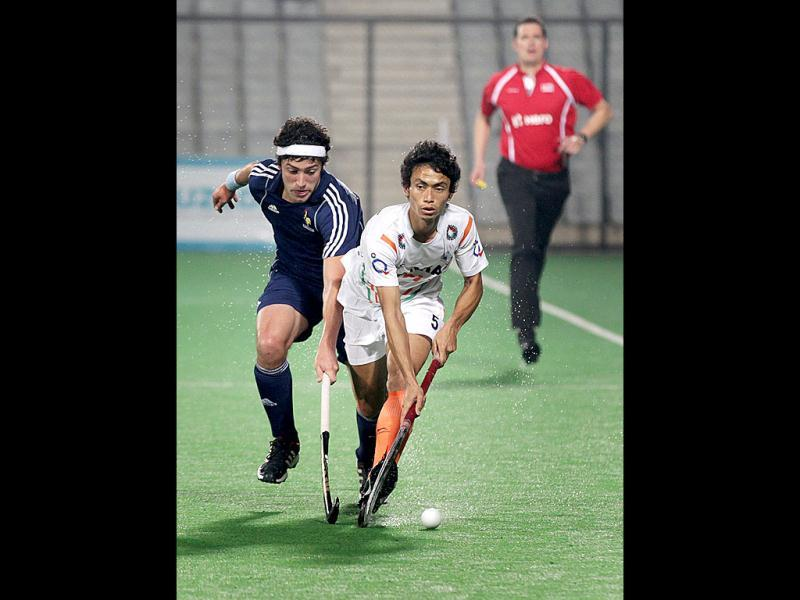 Kothajit Singh makes a move against France during the Hero FIH Road to London Delhi 2012, at National Stadium in New Delhi. (HT Photo/Ajay Aggarwal)