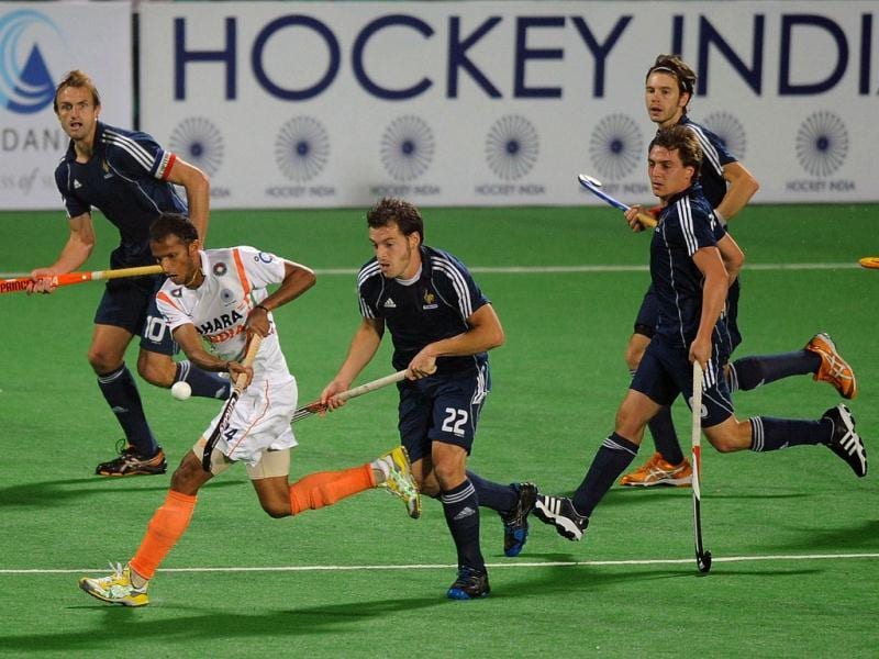 Sunil Sowmarpet Vitalacharya is challenged by French players during the men's field hockey match between India and France of the FIH London 2012 Olympic Hockey qualifying tournament at the Major Dhyan Chand National Stadium in New Delhi. (AFP Photo)