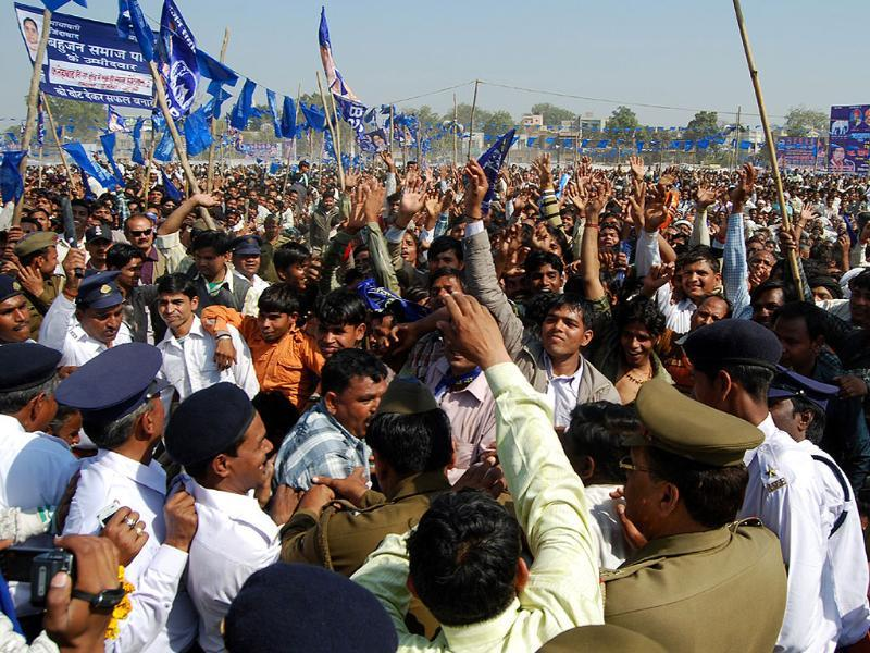 Cops try to control the crowd during a BSP rally in Agra. HT/Avinash Jaiswal