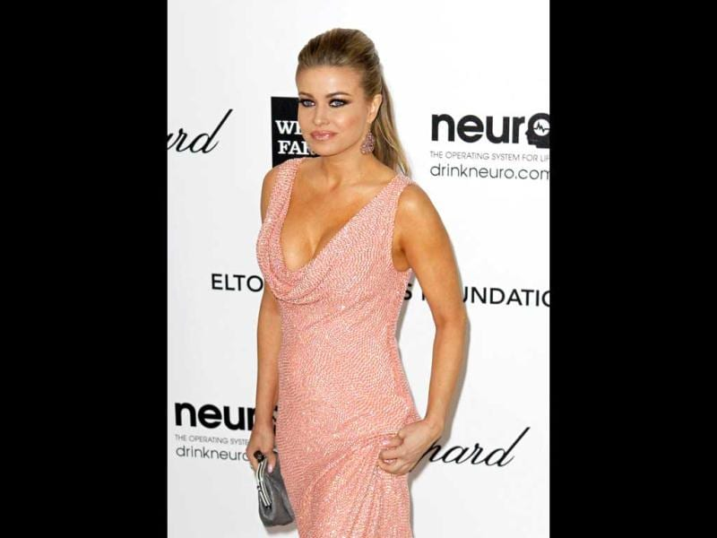 Carmen Electra in a pink gown with plunging neckline. (Photo: AFP)