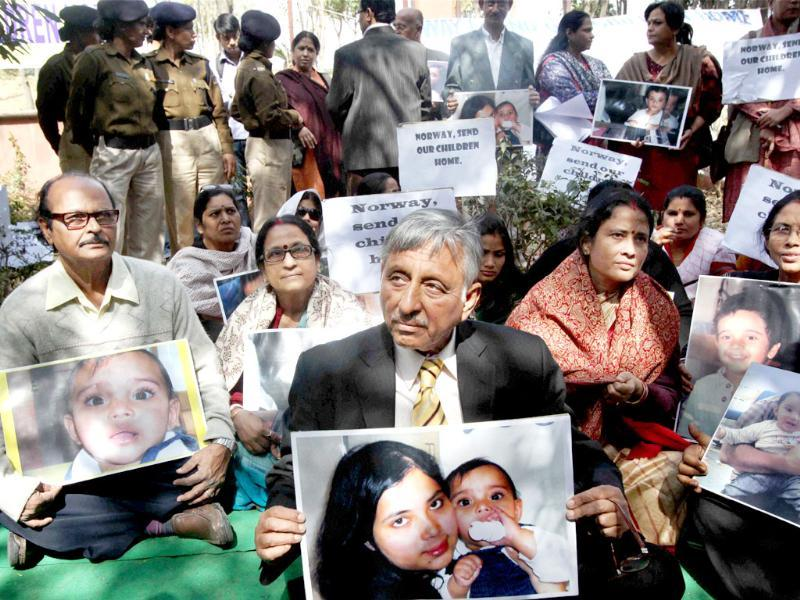 Rajya Sabha member Mani Shankar Aiyar with grand parents of NRI children Aishwarya and Abhigyan during a protest demanding their return from Norway, outside the Norwegian Embassy in New Delhi. (PTI Photo / Atul Yadav)