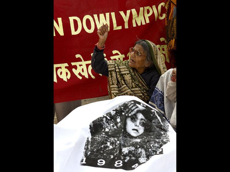 Victims of the 1984 Bhopal gas tragedy pose as dead bodies to seek justice during a protest outside the sports ministry, demanding withdrawal of Indian contingents from London Olympics as Dow Chemicals is one of the sponsors. HT/Vipin Kumar
