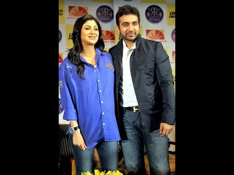 Shilpa Shetty and Raj Kundra pose for the shutterbugs. (UNI Photo)