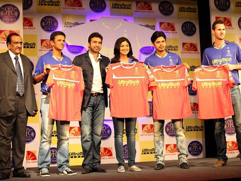 OP Puranmalka, Rahul Dravid, Raj Kundra, Shilpa Shetty, Sreesanth and Shaun Tait pose with the jersey. (UNI Photo)