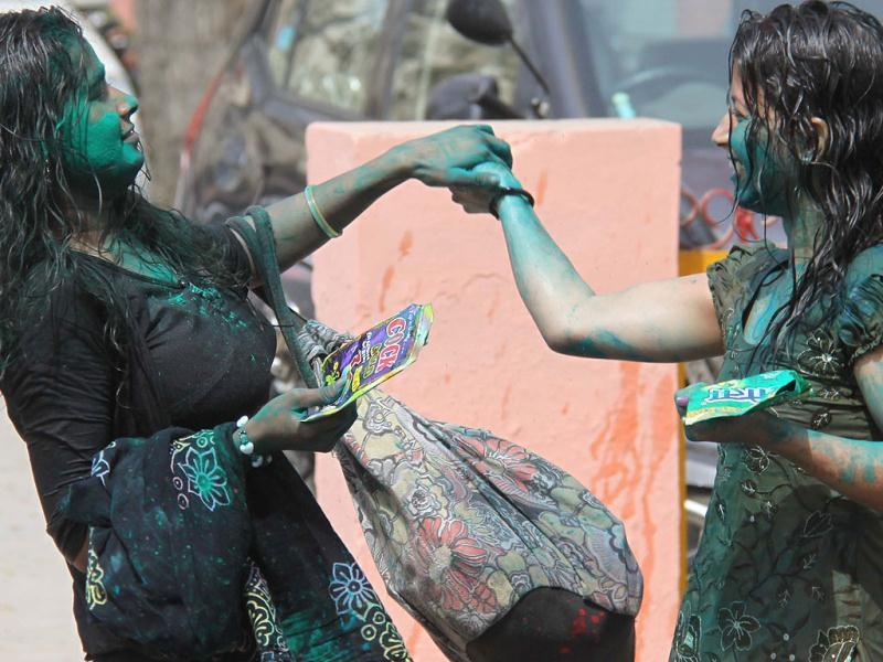 Students of Government Girls College celebrate Holi festival. HT Photo/Manoj Kumar
