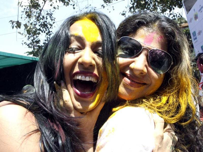 Actor Kashmira Shah and Sambhavna Seth play Holi. (AFP Photo)