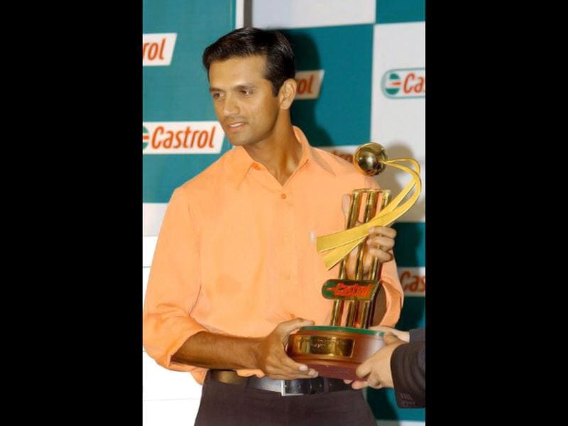 Rahul Dravid poses with the Castrol Cricketer of the year 2002-03 award in Bangalore on 10 November 2003. AFP Photo/ Indranil Mukherjee