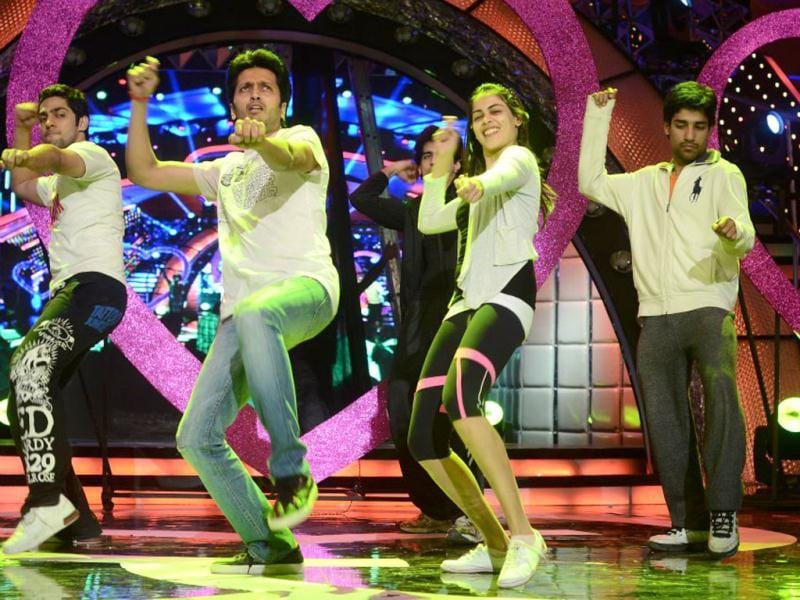 The newly wed Riteish and Genelia practice together on stage.