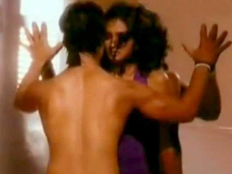Dil Dosti Dance also features hot romantic moments.