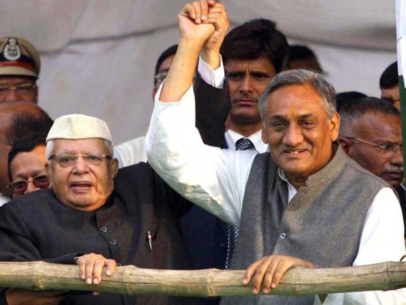 New chief minister of Uttarakhand Vijay Bahuguna with ND Tiwari on the occasion of his oath ceremony in Dehradun. HT/Rishi Ballabh