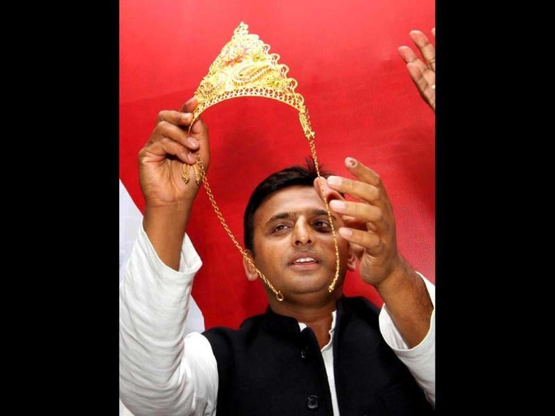 Samajwadi Party leader and designate chief minister for Uttar Pradesh Akhilesh Yadav being felicitated by industrialists in Lucknow. HT/Arvind Yadav
