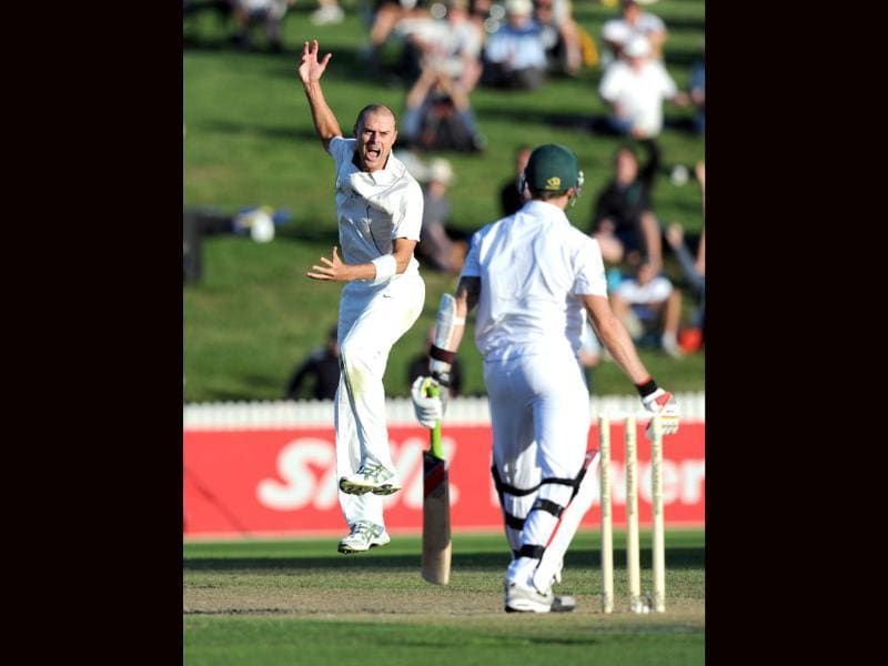 New Zealand's Chris Martin (L) successfully appeals the wicket of South Africa's Dale Steyn caught by Kruger van Wyk for 4 on the first day of the second International Cricket Test at Seddon Park in Hamilton, New Zealand. AP Photo/SNPA, Ross Setford
