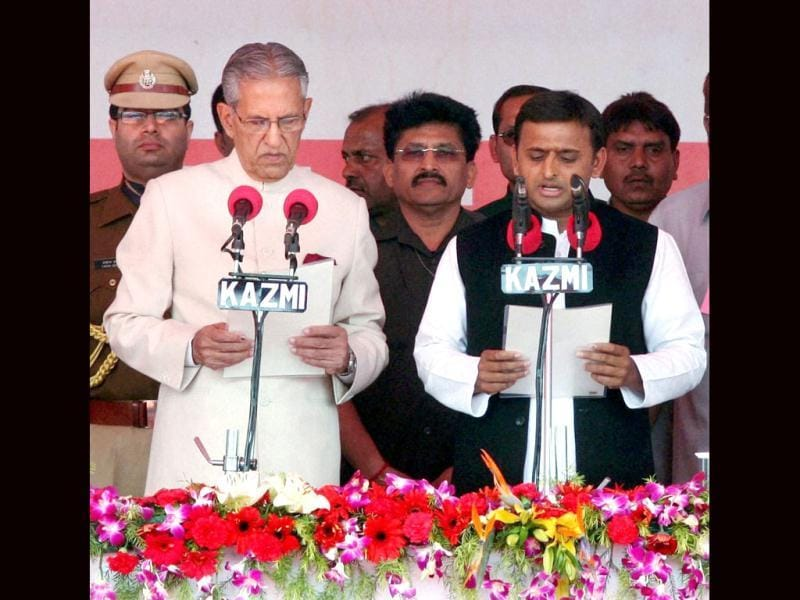 Uttar Pradesh governor B L Joshi administers oath of office and secrecy to the new chief minister Akhilesh Yadav at the swearing-in ceremony in Lucknow. PTI Photo by Nand Kumar