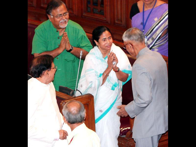 West Bengal chief minister Mamata Banerjee greets governor MK Narayanan after he addressed the fourth session of the fifteenth legislative assembly in Kolkata. HT/Subhankar Chakraborty