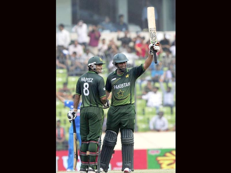 Pakistani batsman Nasir Jamshed (R) acknowledges the crowd with teammate Mohammad Hafeez after scoring a half century during the one day international Asia Cup cricket match against India in Dhaka. AFP/Munir uz Zaman