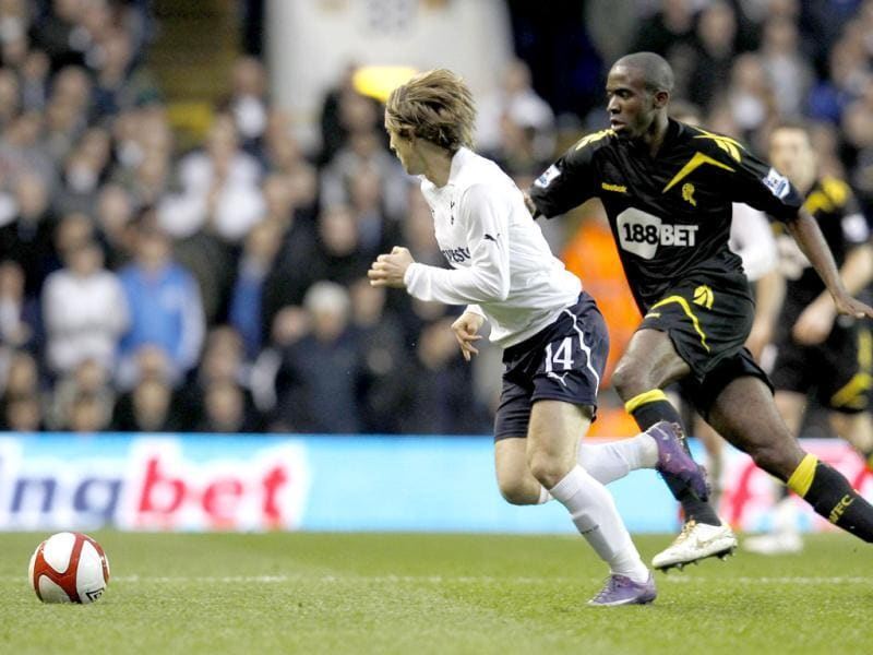 Tottenham Hotspur's Luka Modric runs with the ball next to Bolton Wanderers' Fabrice Muamba during their English FA Cup quarter-final soccer match at White Hart Lane, in London March 17, 2012. Tottenham Hotspur's FA Cup quarter-final against Bolton Wanderers was abandoned on Saturday after Bolton midfielder Fabrice Muamba collapsed near the centre circle. Reuters/Suzanne Plunkett