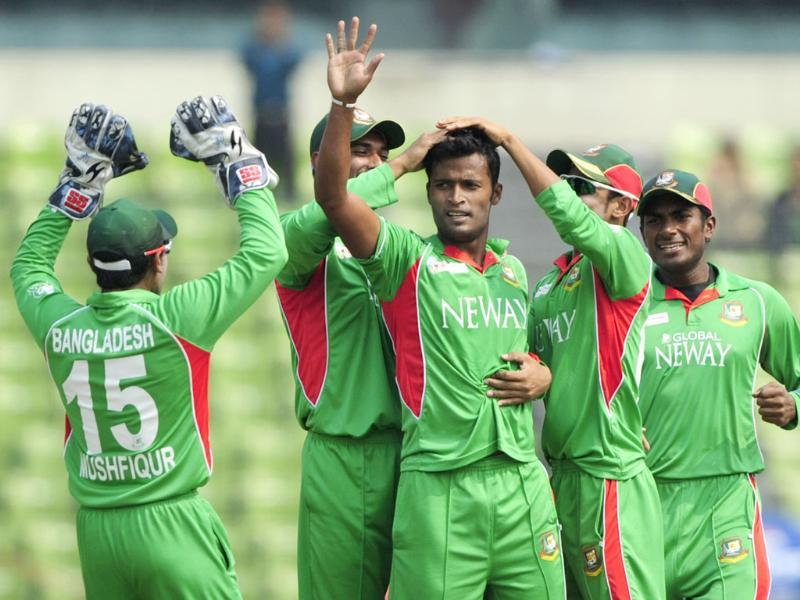 Bangladeshi bowler Nazmul Hossain (C) celebrates the dismissal of Sri Lankan captain Mahela Jayawardene with teammates during the one day international Asia Cup cricket match at The Sher-e-Bangla National Cricket Stadium in Dhaka. AFP/Munir uz Zaman