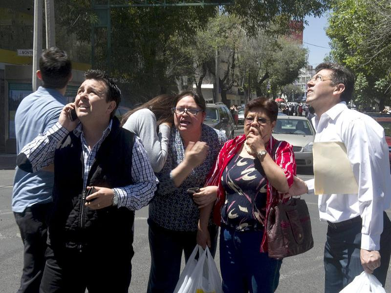 People make frantic calls after a quake measuring 7.6 hit Mexico. AFP Photo/Yuri Cortez