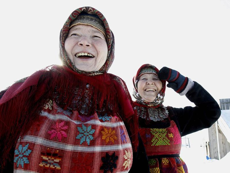Valentina Pyatchenko (R), 74, and Alevtina Byagisheva, 54, members of the singing group