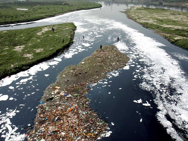Top view of the pollution in river Yamuna at Okhla Barrage in New Delhi on Tuesday. HT Photo/Mohd Zakir