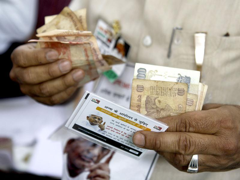 Anna SMS cards being sold during Anna Hazare's day-long fast at Jantar Mantar in New Delhi. HT Photo/Arijit Sen