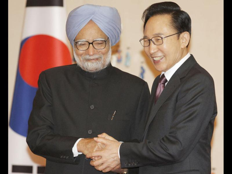 South Korean President Lee Myung-Bak (R) and India's Prime Minister Manmohan Singh pose before bilateral talks at the presidential Blue House, ahead of the Nuclear Security Summit in Seoul. REUTERS/Lee Jae-Won
