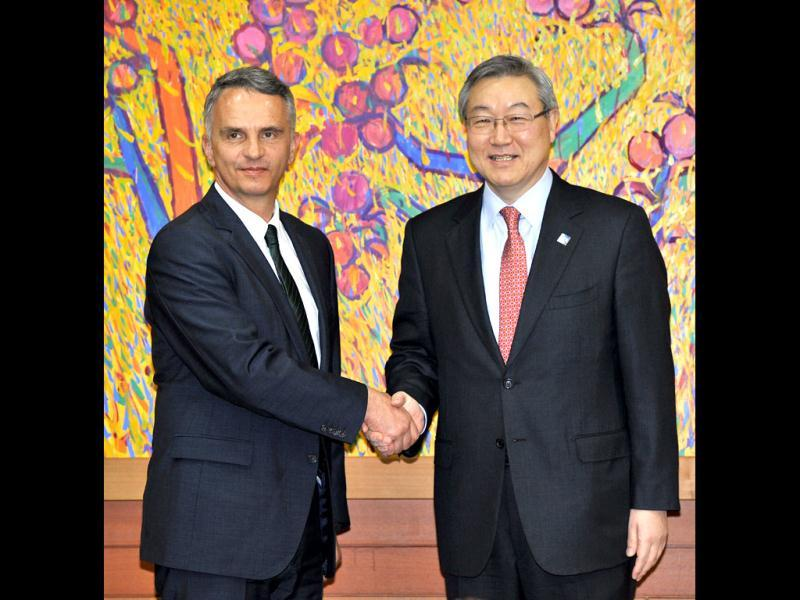 Switzerland's foreign minister Didier Burkhalter (L) shakes hands with South Korea's foreign minister Kim Sung-Hwan during their meeting in Seoul, ahead of the 2012 Seoul Nuclear Security Summit. REUTERS/Jung Yeon-Je/Pool
