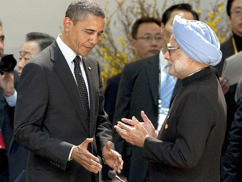 US President Barack Obama (L) listens to Prime Minister Manmohan Singh before the start of the 2012 Seoul Nuclear Security Summit working dinner at the Coex Center in Seoul. (AFP Photo)