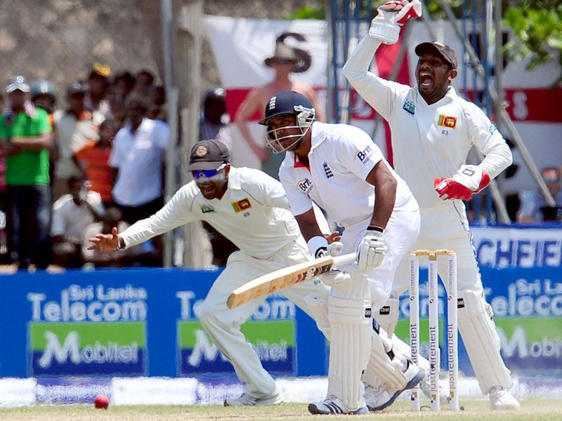 Sri Lankan wicketkeeper Prasanna Jayawardene (R) successfully appeals for a Leg Before Wicket (LBW) decision against England's cricketer Samit Patel (C) during the second day of the opening Test Match between Sri Lanka and England at the Galle International Stadium in Galle. AFP PHOTO/ LAKRUWAN WANNIARACHCHI