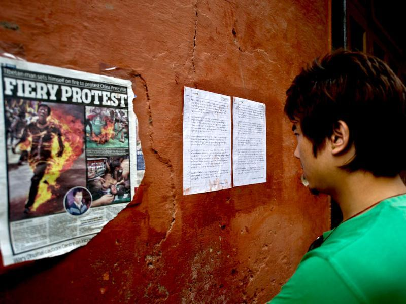 A Tibetan exile reads a note, believed to be the last written by Jamphel Yeshi who set himself on fire on March 26, at the Tibetan refugee colony of Majnu Ka Tilla in New Delhi. (AFP Photo/ Manan Vatsyayana)